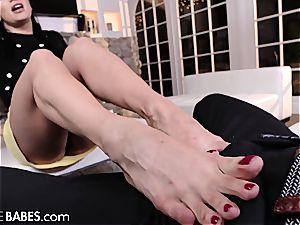 Lea Lexis's giving her fellow a super-hot sole job