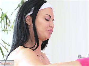 FitnessRooms buttfuck internal cumshot session for buxom mummy